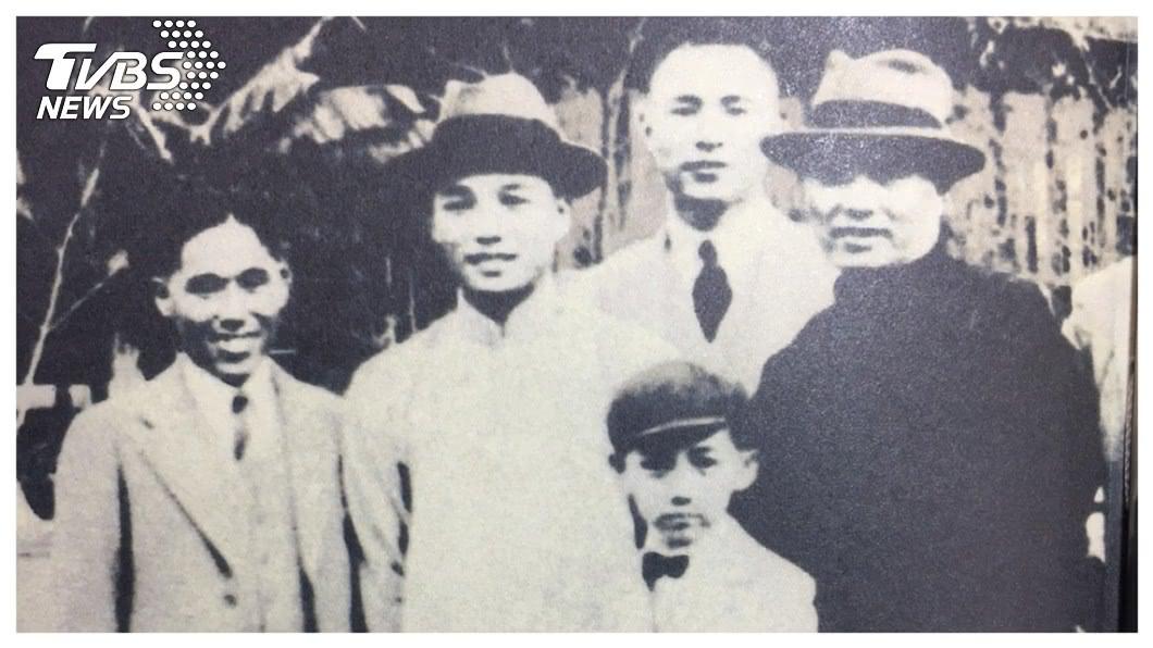 上海商銀董事長榮鴻慶一生的經營理念,受父親紡織大王榮宗敬身教影響甚鉅,認為一位企業家最好的管理策略,就是隨時在「第一線現場巡視」。前排小朋友為年幼時的榮鴻慶,右一為榮宗敬。     圖/翻攝自<獨木不成舟>一書