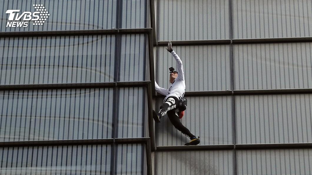 圖/達志影像美聯社 攀爬倫敦高樓導致封路塞車 「法國蜘蛛人」遭捕