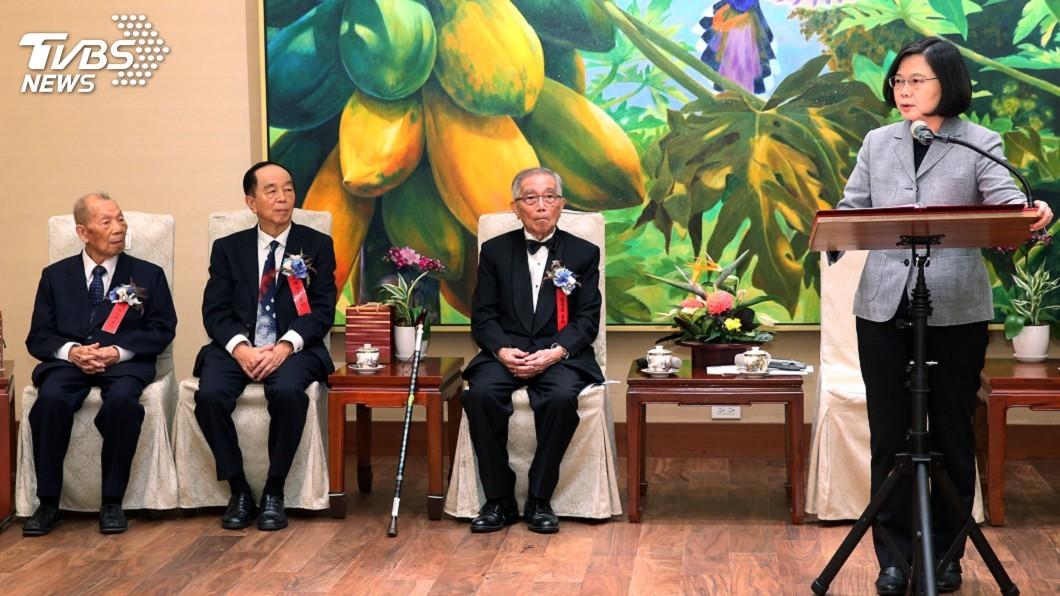 圖/中央社 蔡總統接見醫療奉獻獎得主 盼一起提升醫療環境