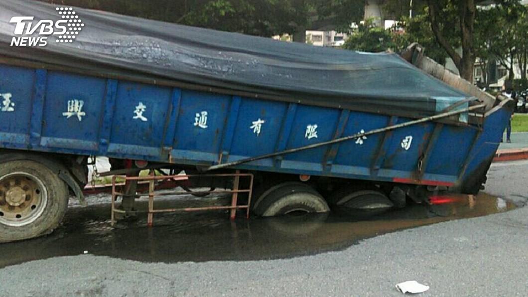 圖/TVBS 林森北現天坑!砂石車後輪被吞 司機下車看傻眼