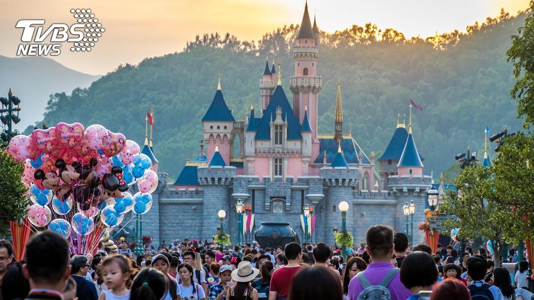 迪士尼樂園被許多大小朋友視為夢幻天堂。示意圖/TVBS 連假髮都偷!迪士尼前員工偷40萬布偶裝 上網拍賣露餡