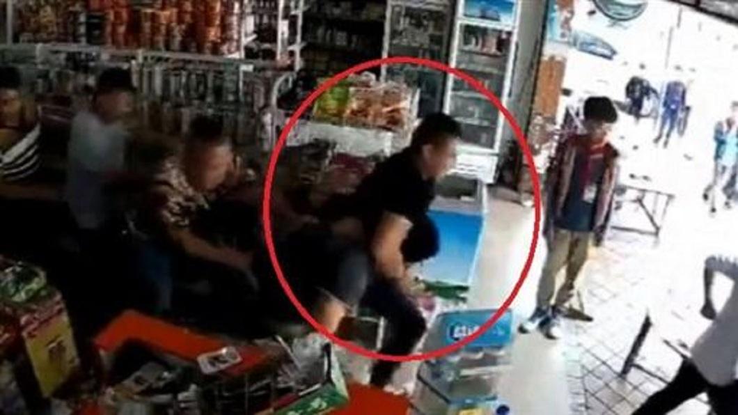 一行人直接把雜貨店老闆拉出店外圍毆一頓。(圖/翻攝自微博)