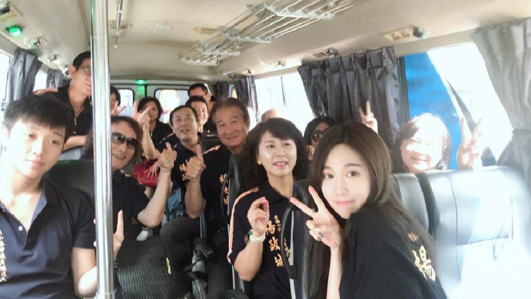 楊政城和家人及親朋好友出遊。(圖/翻攝自楊政城 前鎮小港新政治臉書粉絲團)