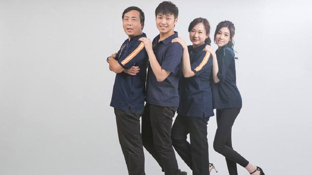 一家四口拍攝宣傳照,表現出好感情。(圖/翻攝自楊政城 前鎮小港新政治臉書粉絲團)