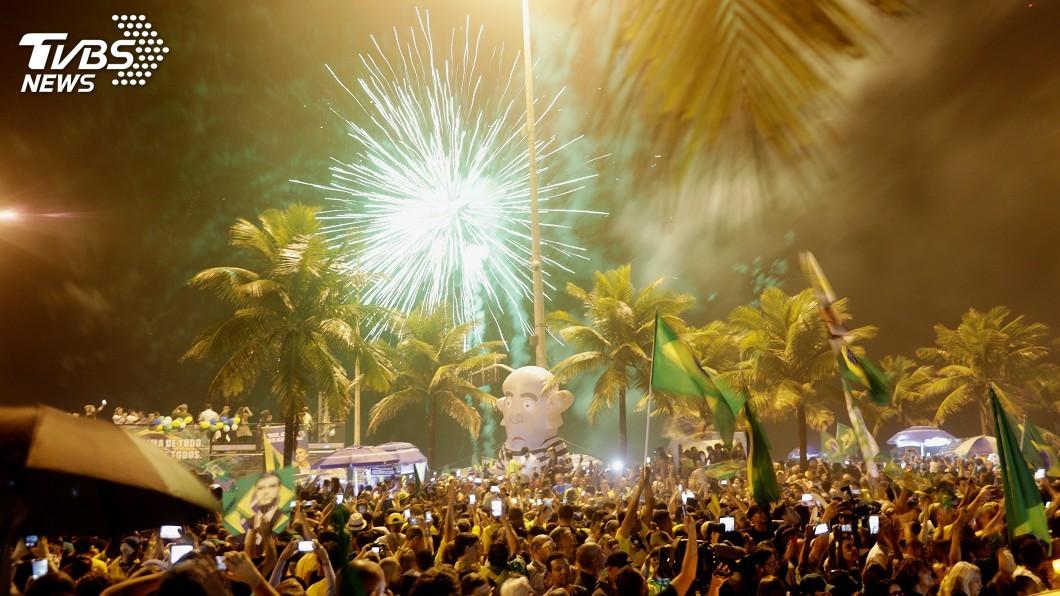 圖/達志影像路透社 波索納洛當選巴西總統 家門外群眾聚集煙火慶祝