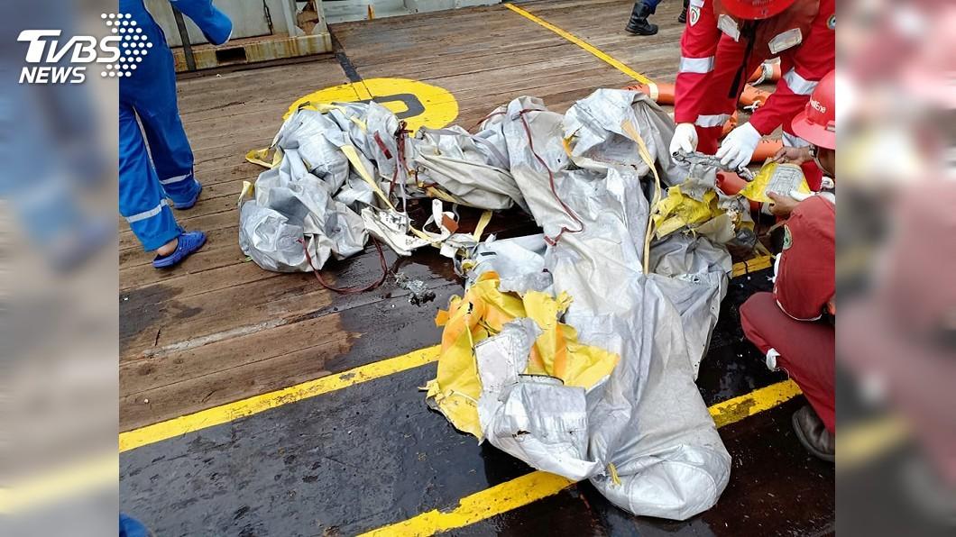 圖/印尼國家搜救 總署提供 印尼獅航墜機 搜救人員發現飛機殘骸及屍塊