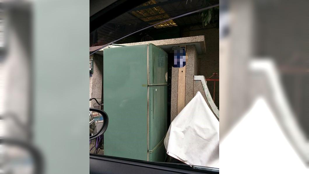 圖/翻攝爆怨公社 回娘家驚見惡鄰居塞「冰箱」在家門口 她傻爆眼