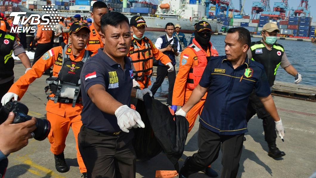 搜救團隊打撈到一具罹難者屍體。圖/達志影像路透社