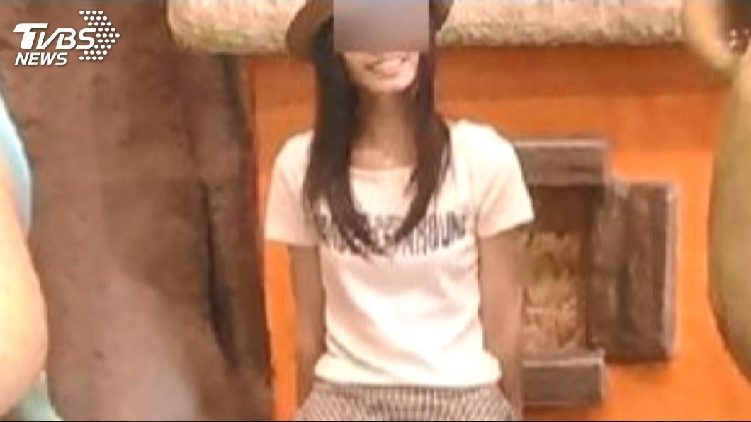 圖/TVBS資料畫面 成大女碩生出殯 母悲慟杖棺…校長靈前頒畢業證書