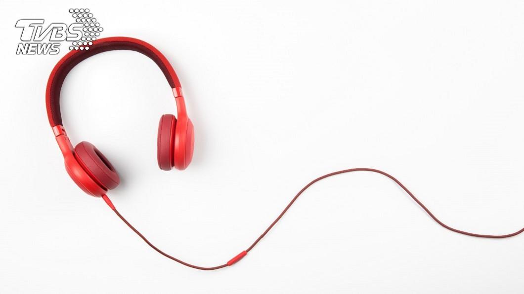 使用仿製的耳機。示意圖/TVBS