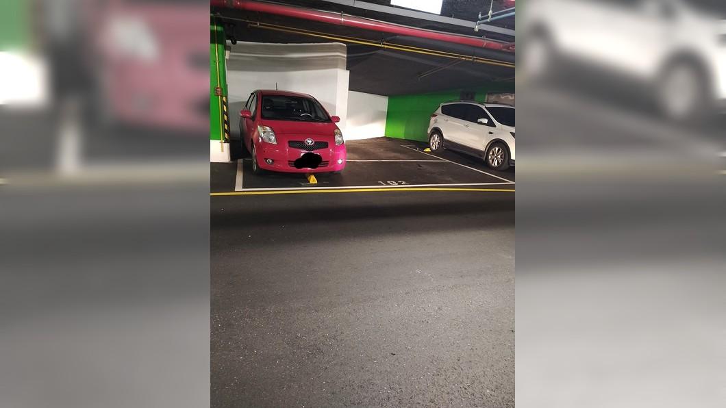 紅色轎車這樣子停車,你覺得有問題嗎?(圖/翻攝自爆怨公社) 沒按照畫線停車 女抱怨網友反聲援車主:這樣停是對的