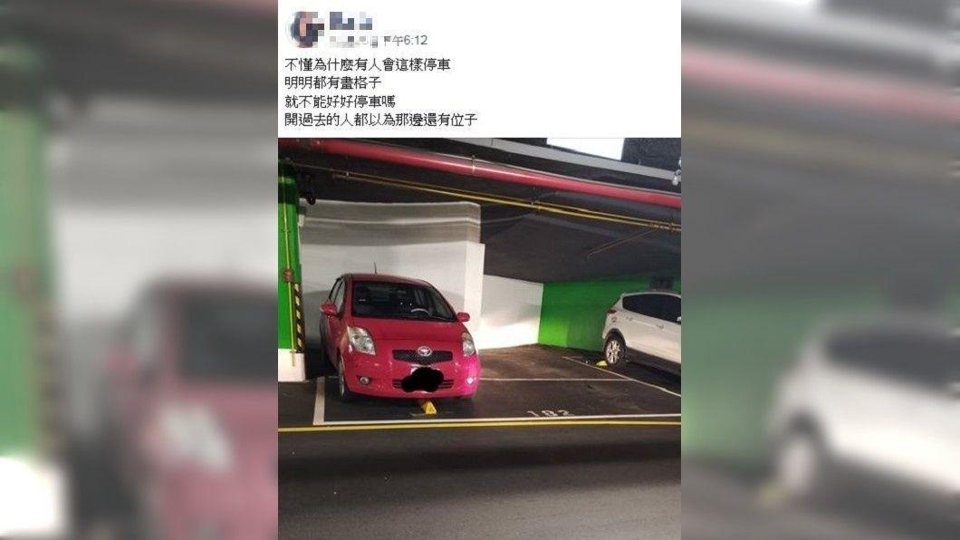 有民眾發文抱怨紅色車主亂停車,但其他網友看到反而聲援車主。(圖/翻攝自爆怨公社)