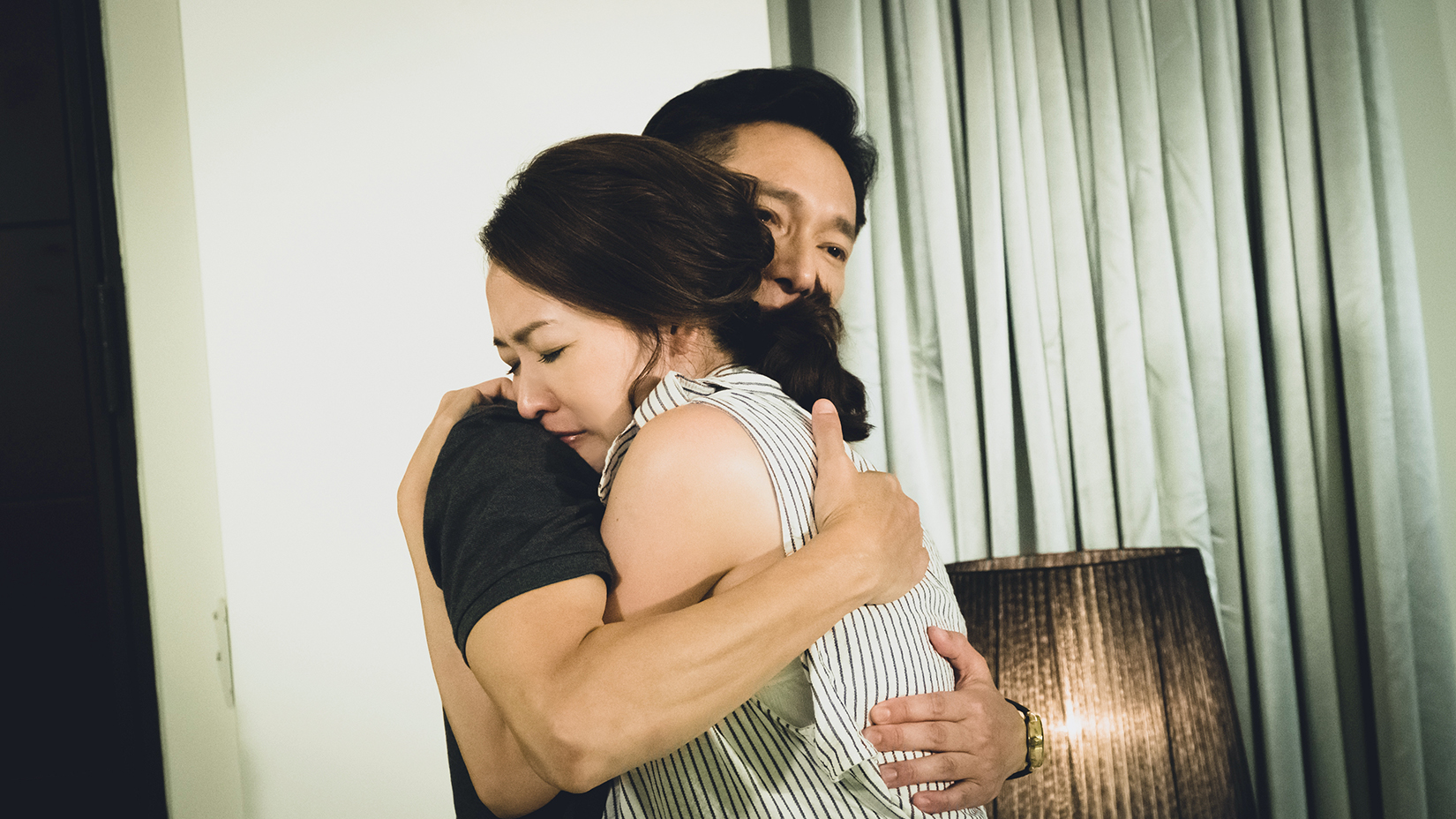 謝祖武(左)擁抱安慰剛喪父的潘慧如。圖/TVBS提供 潘慧如無緣見失智父最後一面 勾喪母回憶痛哭