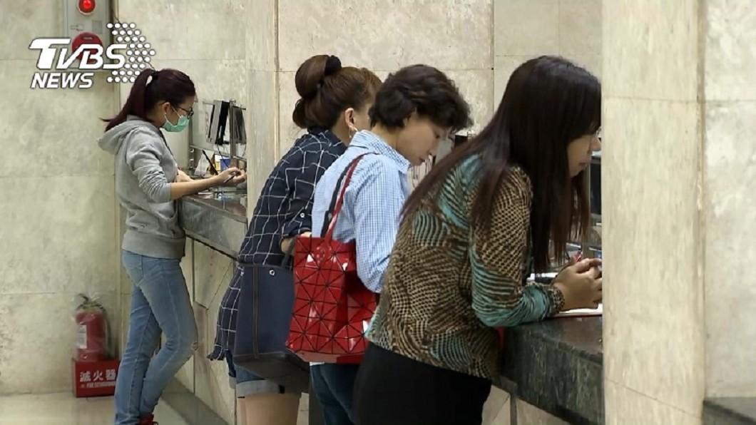 圖/TVBS資料畫面 進銀行是否強制戴口罩? 顧立雄:徵詢指揮中心指引
