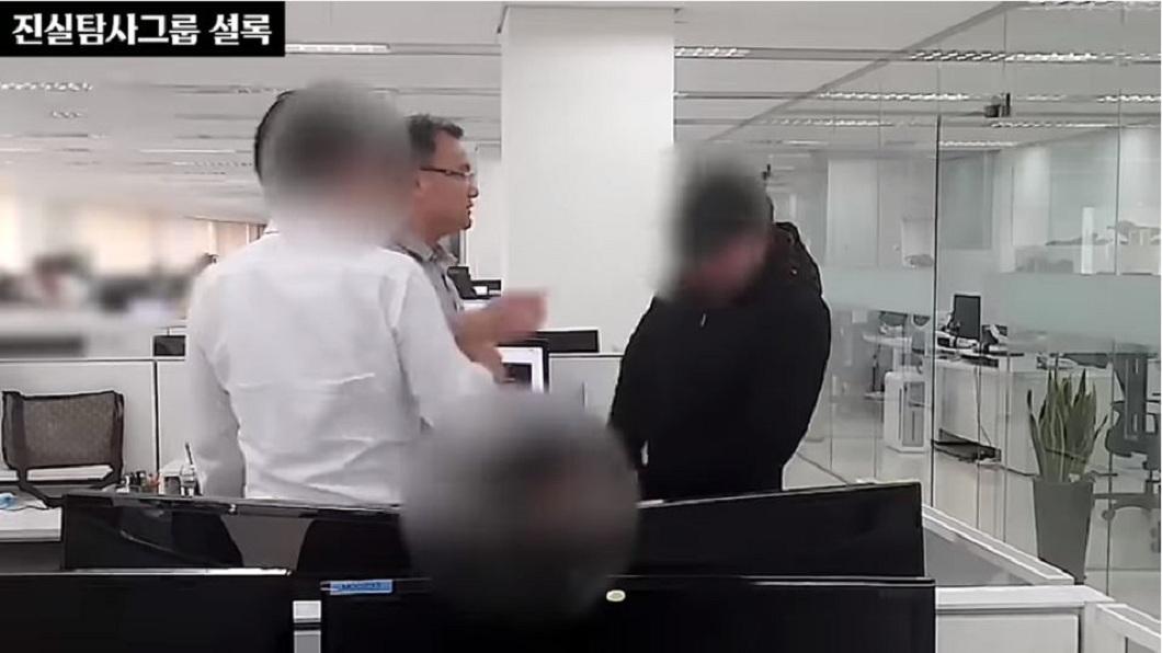 南韓一名科技公司董座在眾目睽睽下,狂賞一名下屬巴掌。(圖/翻攝自YouTube) 罵部屬甩巴掌逼下跪 南韓變態惡董要求錄影:當作紀念