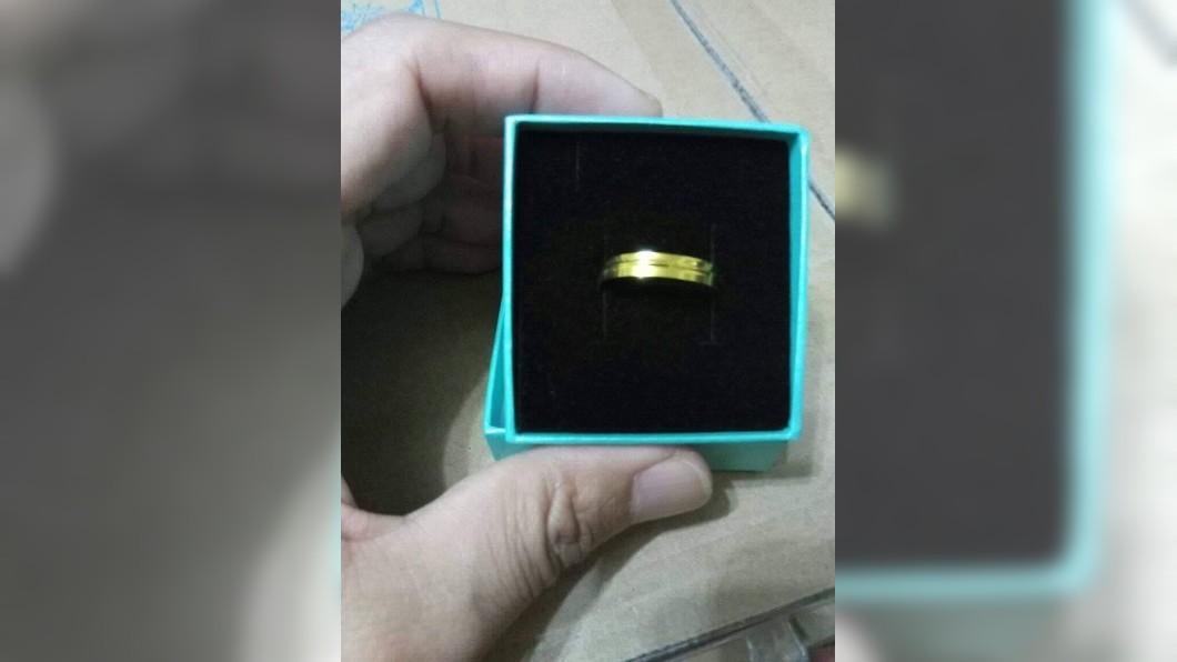 圖/翻攝自爆怨公社 撿到「金戒指」好心送警局 細看秒傻眼:失主來找我領!
