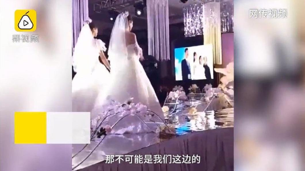 至於網路上流傳2位新娘,其實是2對新人一起啦。(圖/翻攝自梨視頻)