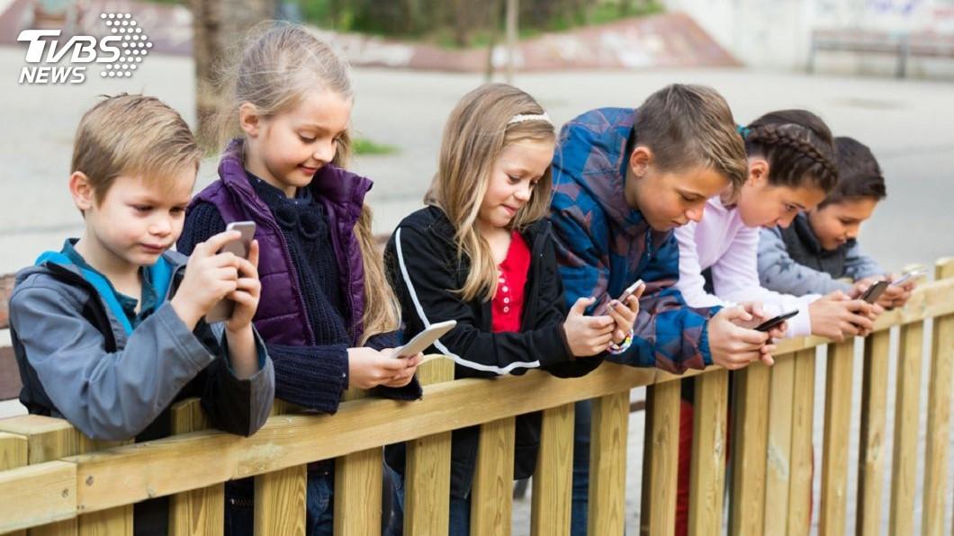 越來越多的科技人決定不讓孩子過早接觸手機。圖/TVBS 手機是給孩子的獎賞?矽谷科技人反其道而行