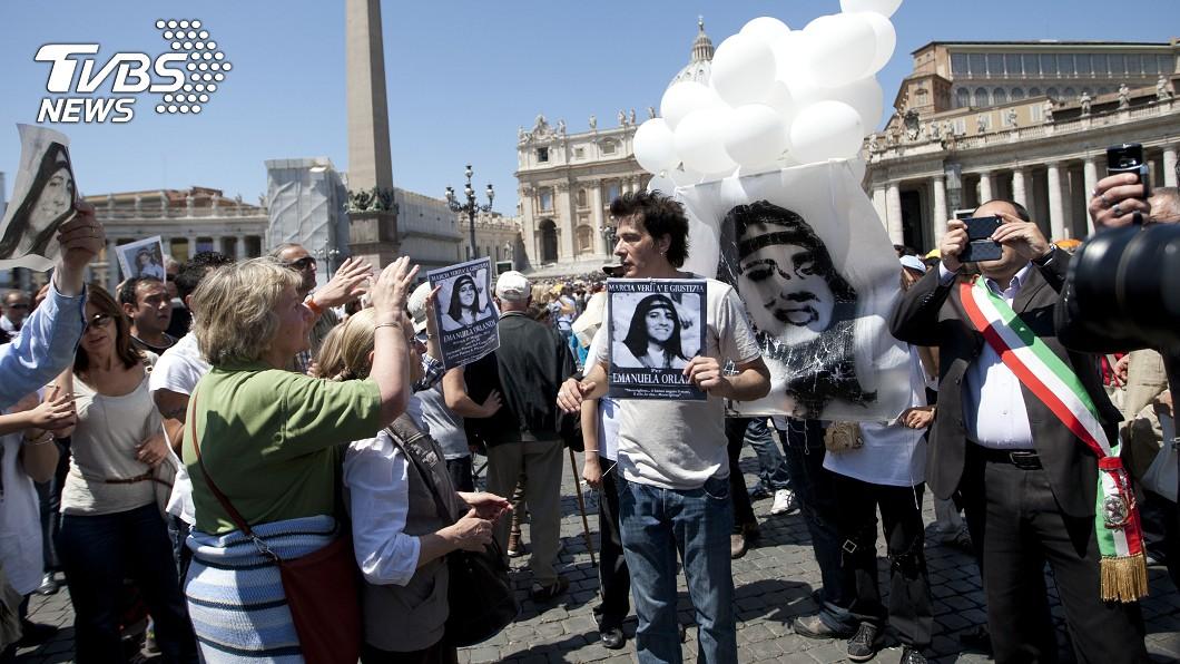 2012年奧蘭迪哥哥在聖彼得廣場舉著妹妹的照片。圖/達志影像美聯社