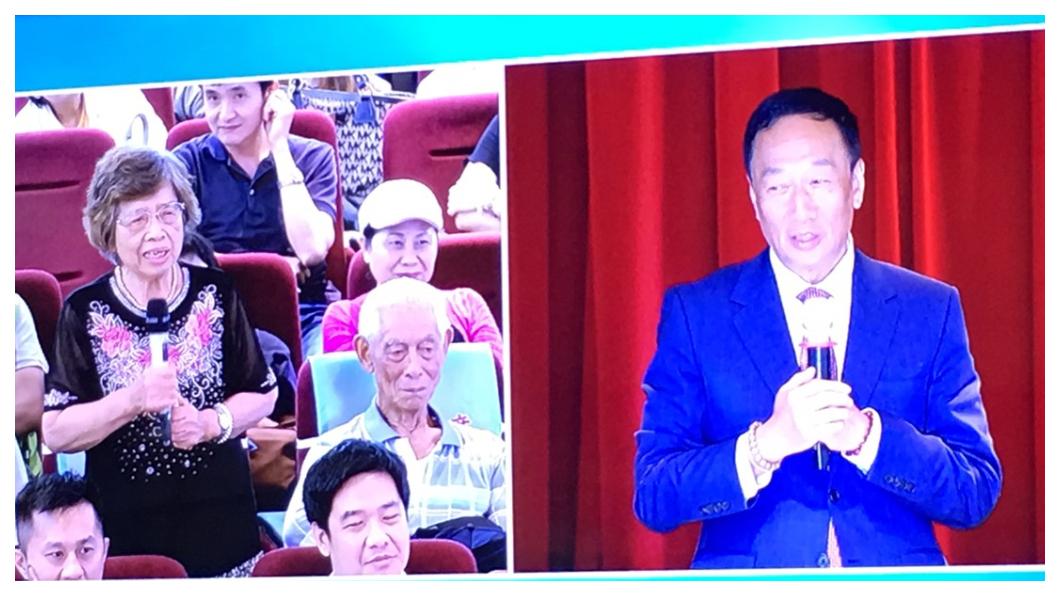 郭台銘(右)在今年鴻海股東會強調,未來5年是鴻海轉型的關鍵年,他一定不會退休!目標要讓鴻海擺脫代工組裝廠,轉型成為可預見未來科技趨勢的「未來世界整合者」。左圖為鴻海小股東發言。     圖/TVBS