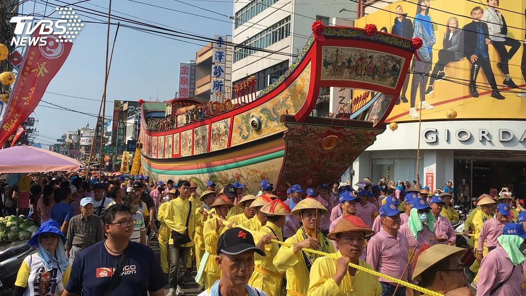 圖/中央社 東港2樓高王船遶境 陸上行舟震撼沿途