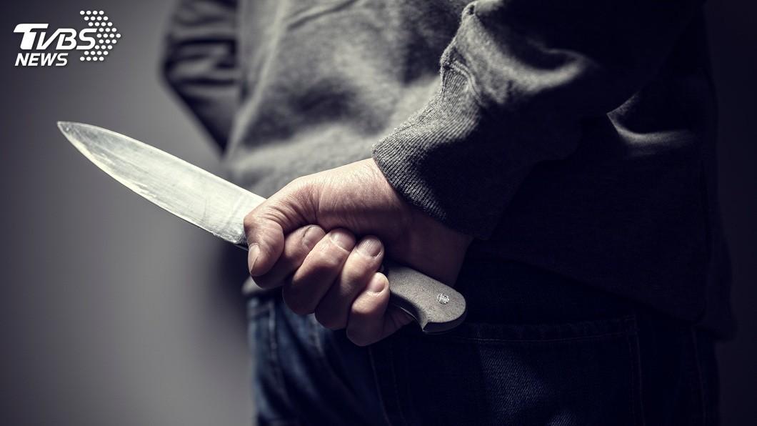 示意圖/TVBS 疑47歲女兒偷錢 失智父狂砍多刀