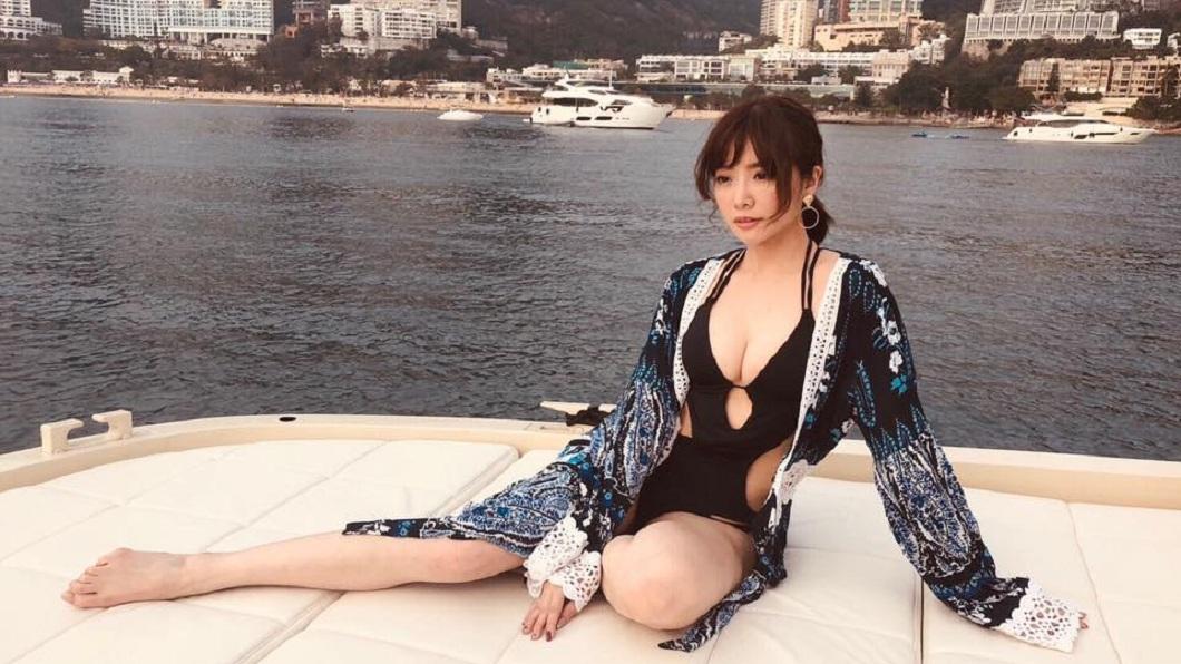 成語蕎的泳衣有挖空設計,非常的性感。(圖/翻攝自成語蕎 Jenny Cheng臉書)