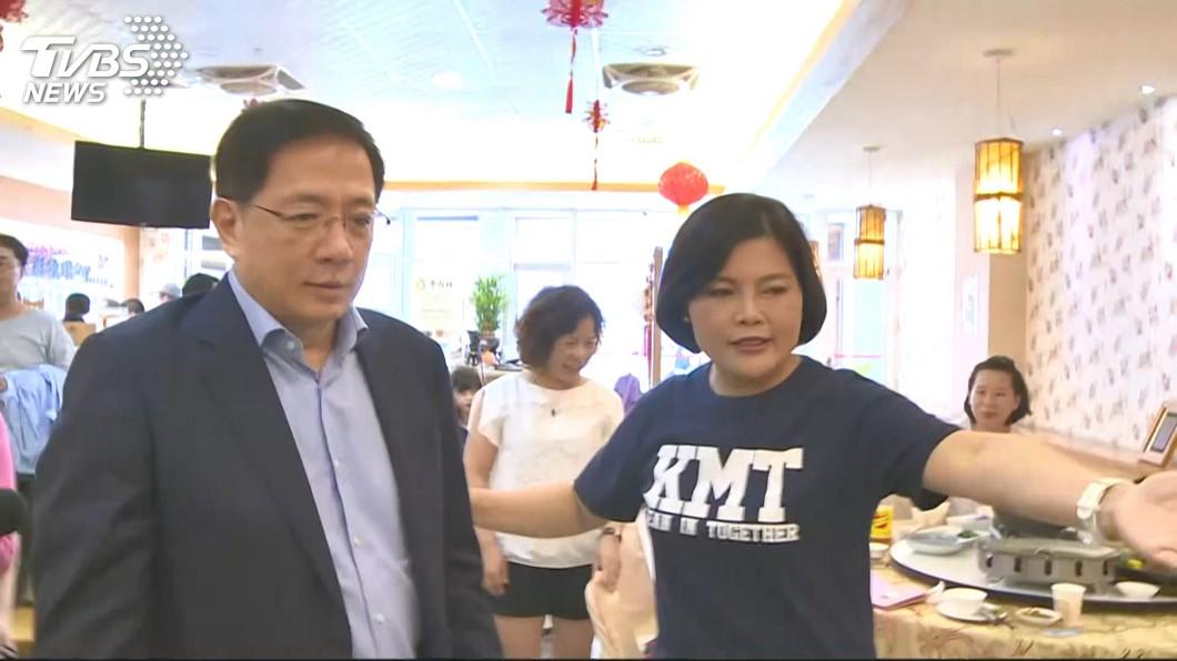 管中閔受邀員林縣議會演講,張麗善前來接待。圖/TVBS