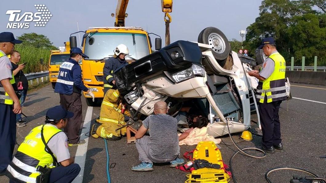 圖/中央社 貨車失控衝撞護欄後翻車 駕駛受困車內