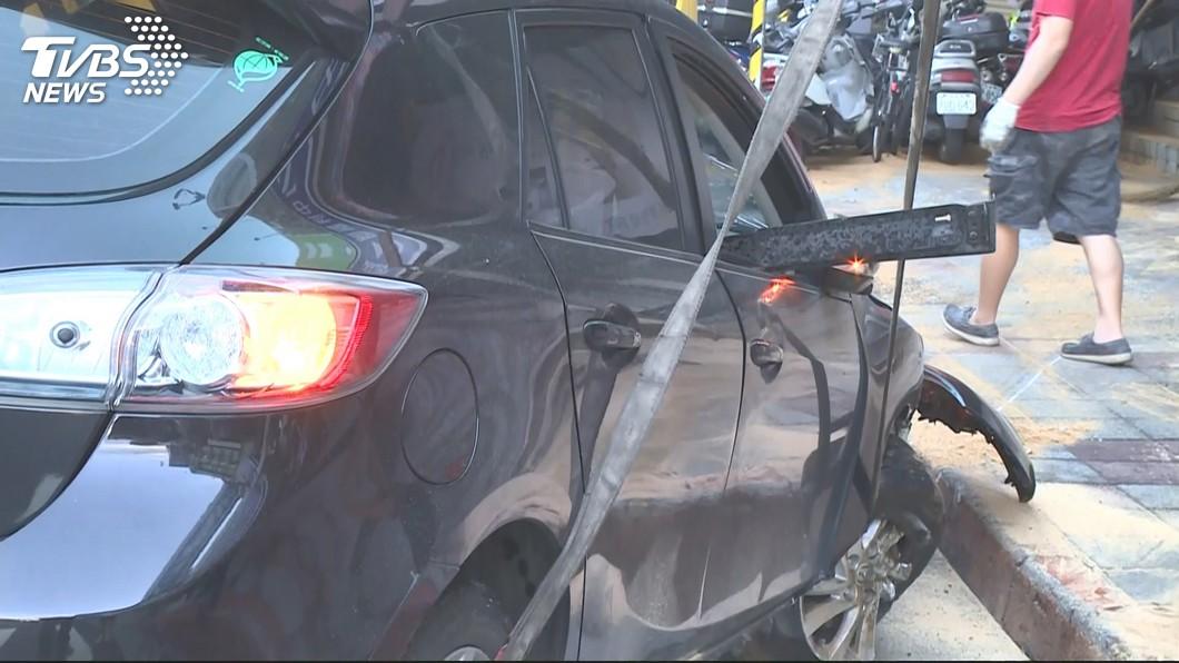 圖/TVBS 酒駕男闖紅燈拒檢 失控撞騎樓毀13車
