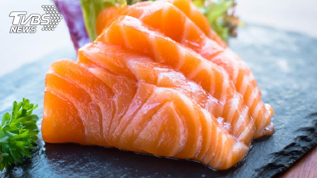 鮭魚生魚片示意圖。圖/TVBS 恐怖!女子愛吃生魚片 竟拉出7.2公尺的絛蟲