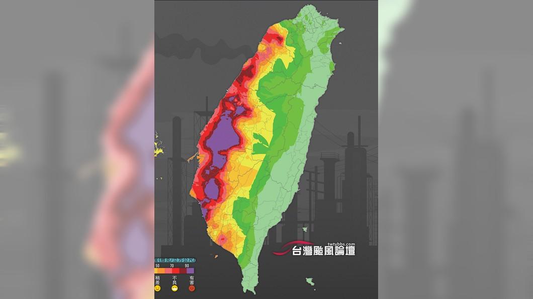 圖/翻攝自「台灣颱風論壇|天氣特急」臉書 西部一片紫爆!PM2.5濃度破百 網酸:下一站仙境