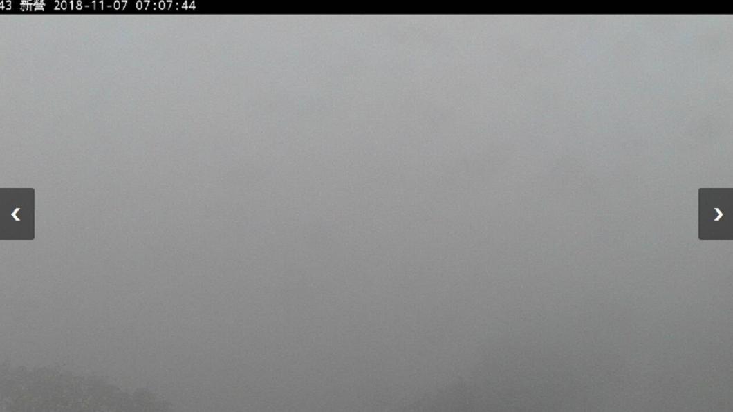 今晨7時台南新營國小整個隱沒在霧霾之中。圖/翻攝自環保署空氣品質監測網 西部空品差到爆!台南成霧都這國小隱身霧霾