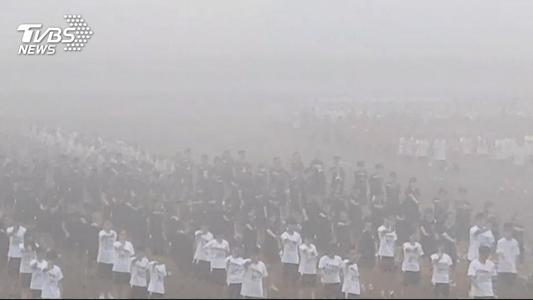 台南興國中學,昨(7日)上午舉辦校慶運動會,但是由於空汙指數破表168,學生本來還在操場跳大會操,後來因為教育局督導來電告知,校方立即取消下午戶外活動。圖/TVBS資料照