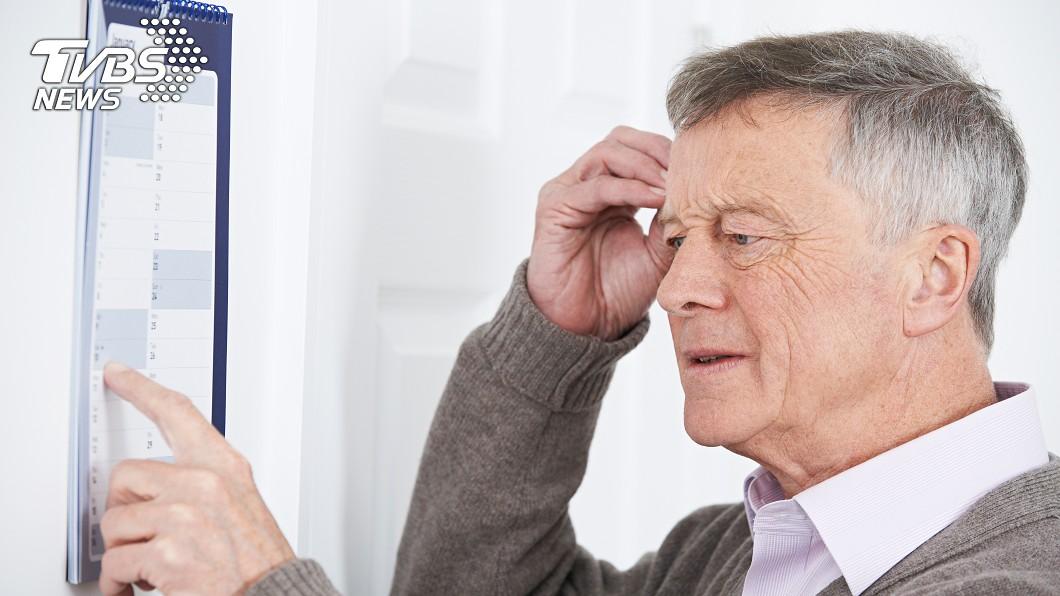 日本醫師指出,「腦過勞」是造成失智症的主要原因。示意圖/TVBS 零錢變多、聞不到洋蔥味 竟是失智症前兆