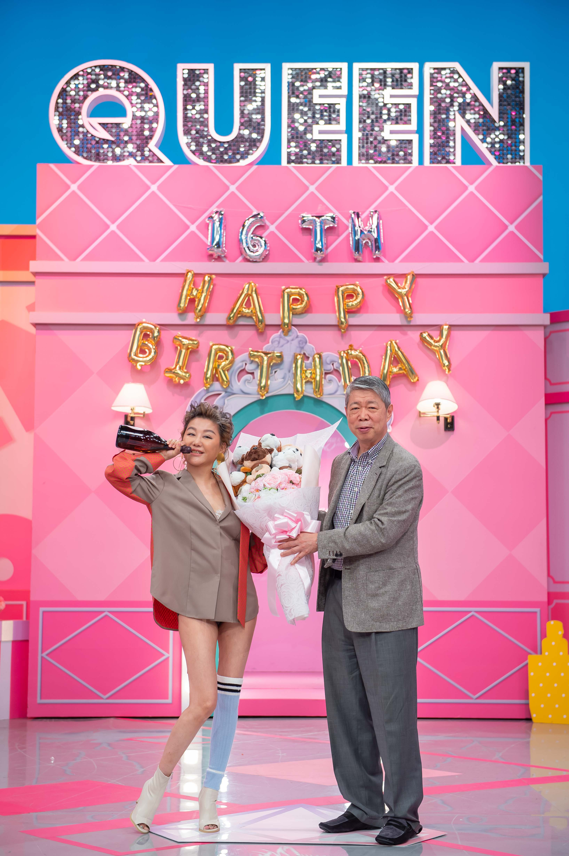TVBS歡樂台《女人我最大》TVBS董事長張孝威特地送給主持人藍心湄節目開播2003年份的香檳王。圖/TVBS