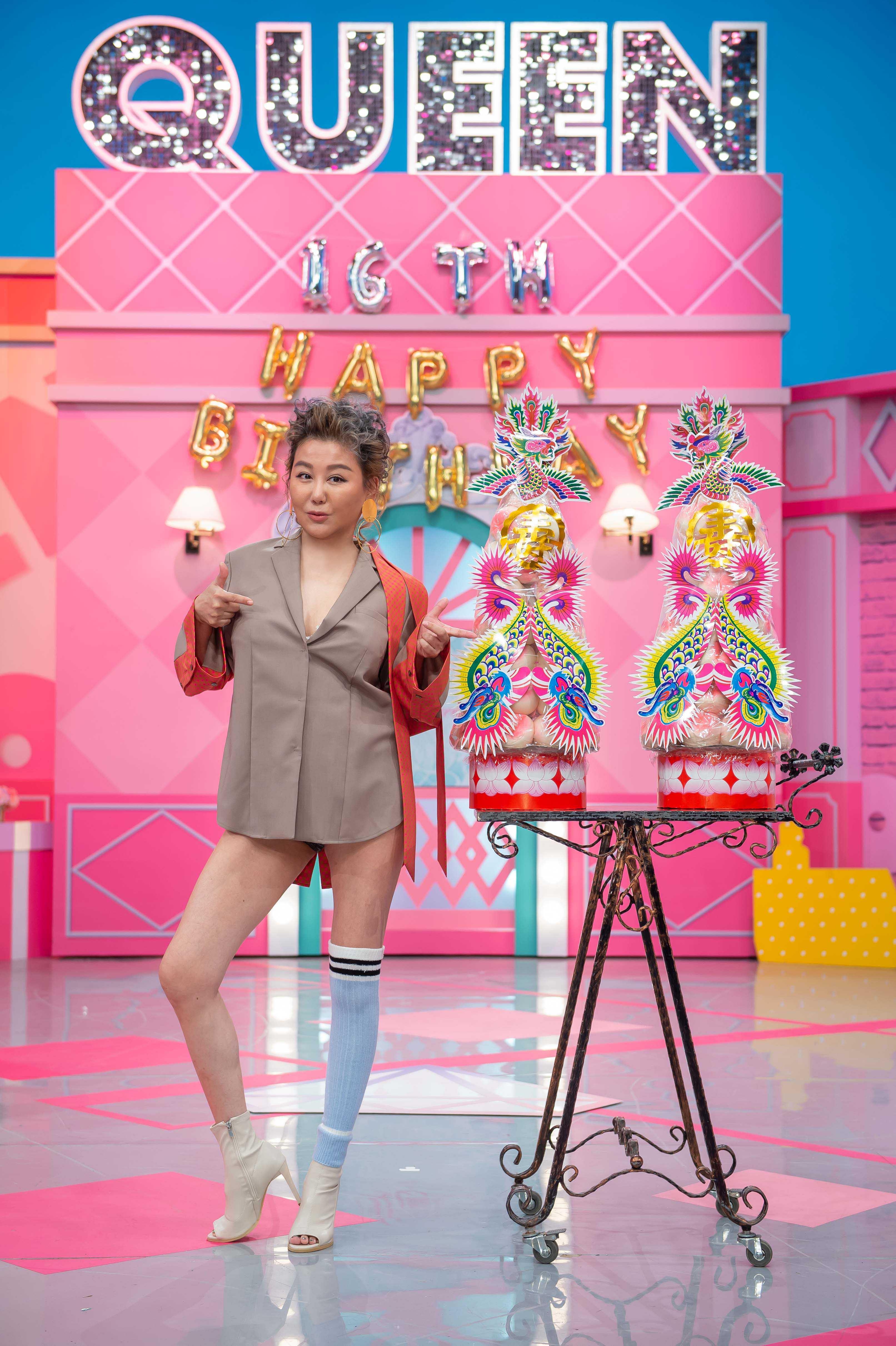 TVBS歡樂台《女人我最大》適逢藍心湄生日 友人特地獻上壽桃祝福。圖/TVBS