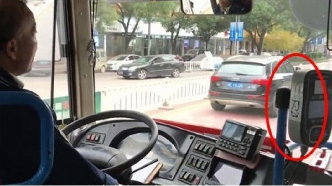 公車司機怕自己遇上無理取鬧的乘客時會生氣,於是在駕駛座旁貼上一個「忍」字,提醒自己要心平氣和。圖/翻攝自梨視頻