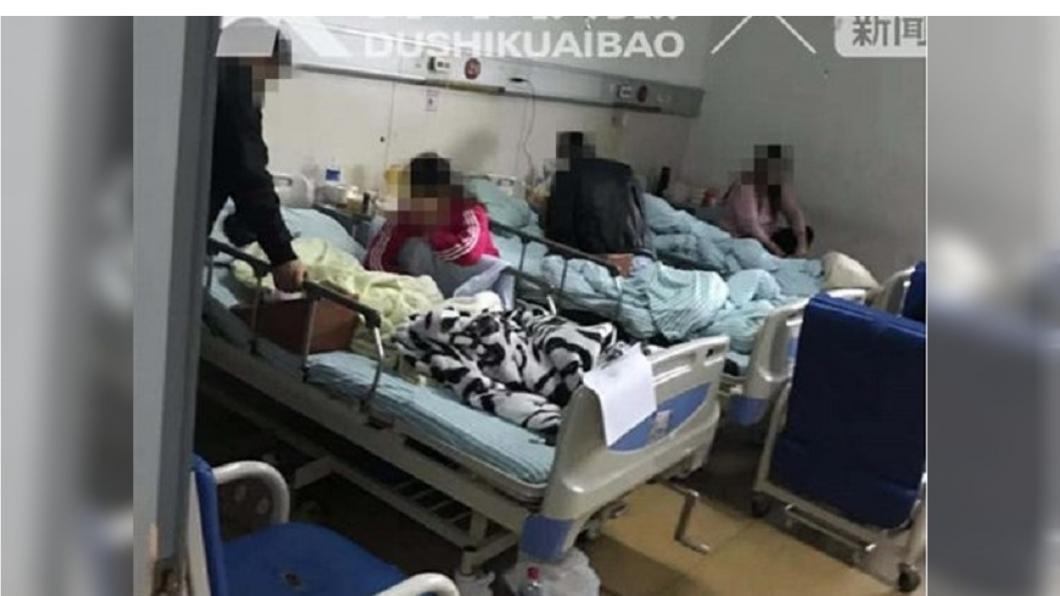 女童想幫忙修理果汁機,結果手遭捲入,趕緊送醫急救。圖/翻攝自都市快報微博