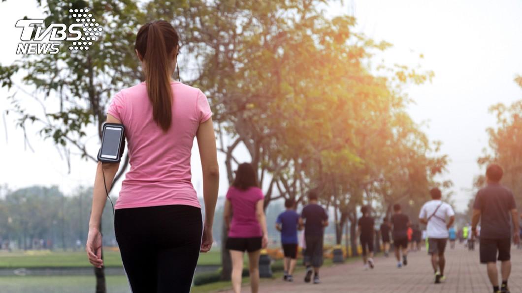 研究顯示,走路越快的人越長壽。示意圖/TVBS 從走路習慣就能看出長不長壽 「這距離」以上的人最佳