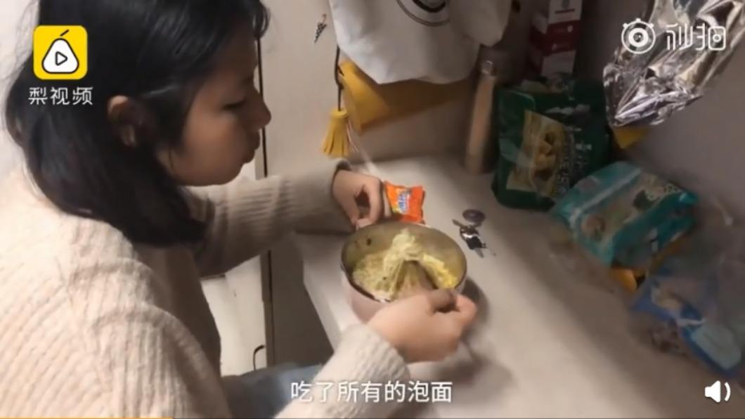圖/翻攝自秒拍 「就為雙11!」女大生天天吃泡麵 3週僅花1千元