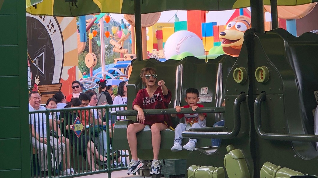 圖/翻攝自NaQi1120微博 應采兒帶Jasper玩迪士尼 表情強烈對比笑翻粉絲