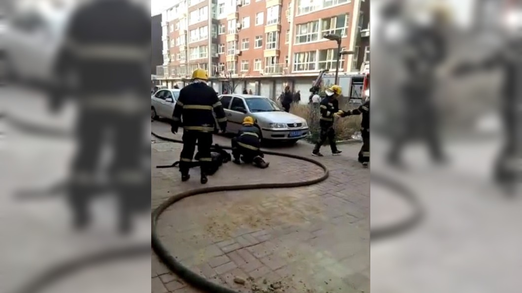 女子帶兒子走在路上,一旁電動車突然起火爆炸。圖/翻攝自梨視頻 想以命換命!街上遇爆炸母親肉身護兒…結局心碎