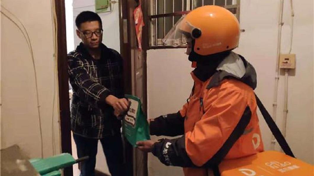 杭州一名男子在雙11上網幫女友下訂感冒藥,沒想到5分鐘就送到了。(圖/翻攝自澎湃新聞網) 太快了!男在雙11幫女友買感冒藥 5分鐘就收到