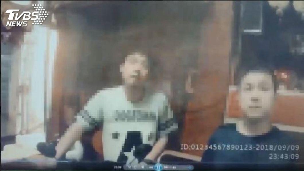 遭開罰的林姓男子(白色上衣者)認為警方這樣開罰不合理,決定申訴。(圖/TVBS)