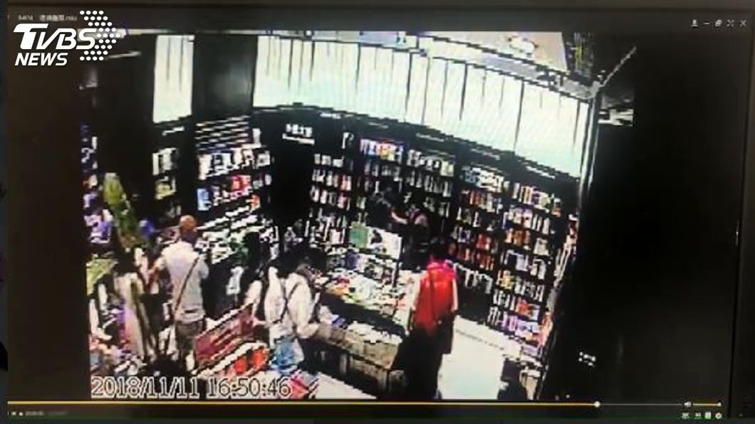 其他民眾也幫忙壓制偷拍男子。(圖/TVBS)