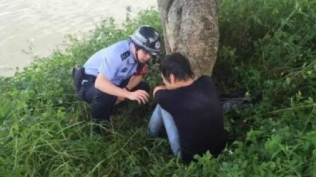 杭州一名男子因為單身加上雙11刺激,一時想不開而跳河輕生,最後自行爬上岸求救。(示意圖/翻攝自陸網)