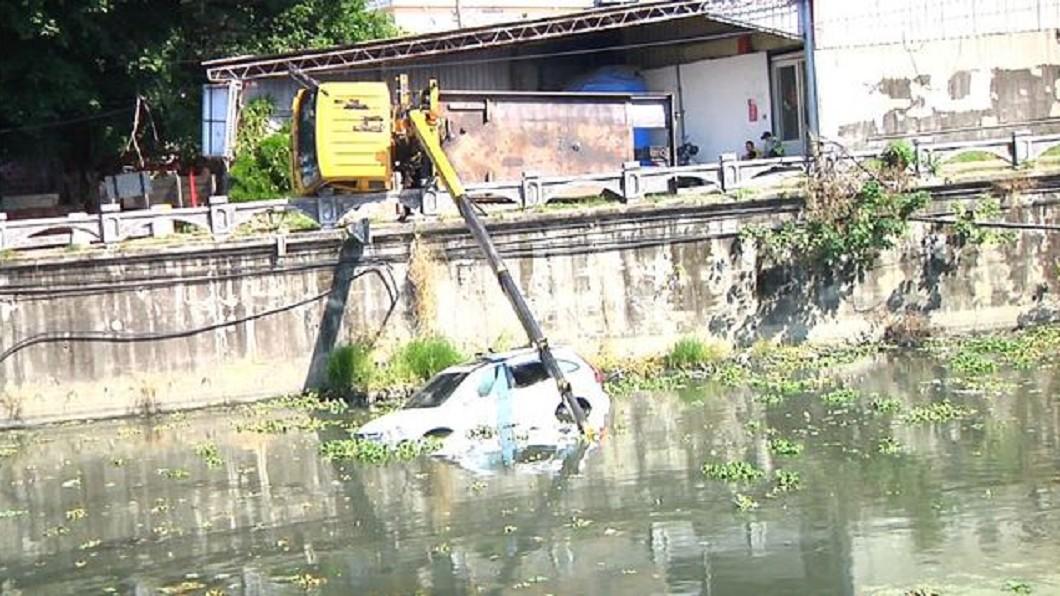 圖/翻攝畫面 糗了!拖吊車重心不穩 「百萬休旅車」甩進排水溝