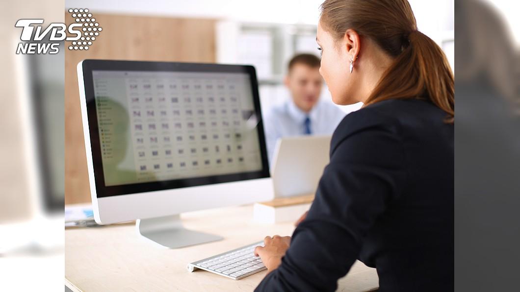 長時間看電腦容易造成眼睛疲勞。圖/TVBS 注意!8種習慣和2件易忽略的事 可能造成生活上的負擔