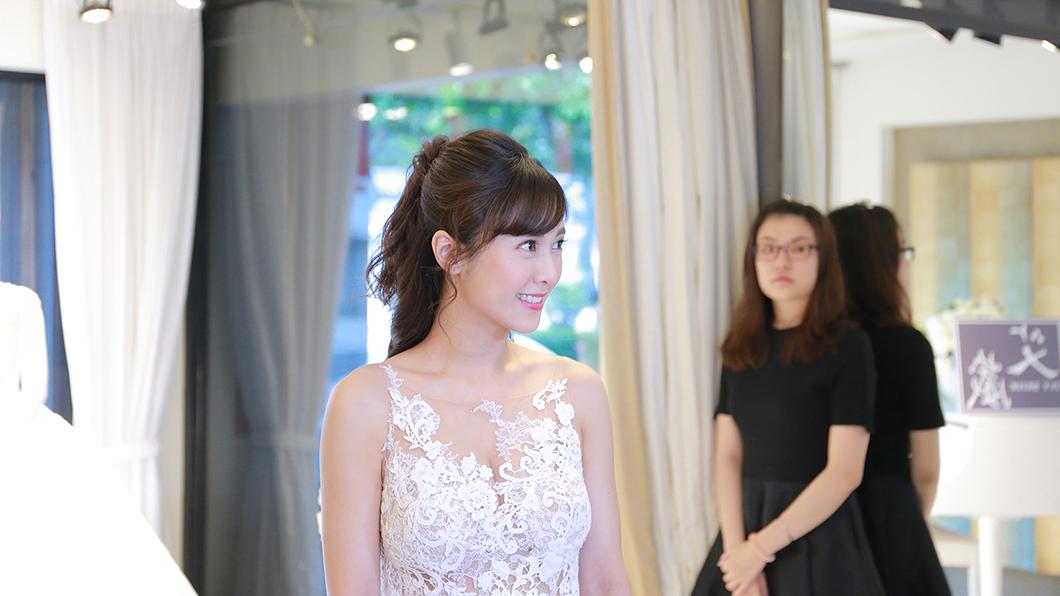 大元試婚紗露出幸福笑容。圖/TVBS
